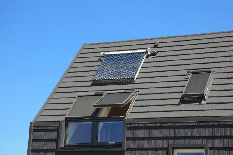 zonneboiler boven dakraam op zolder