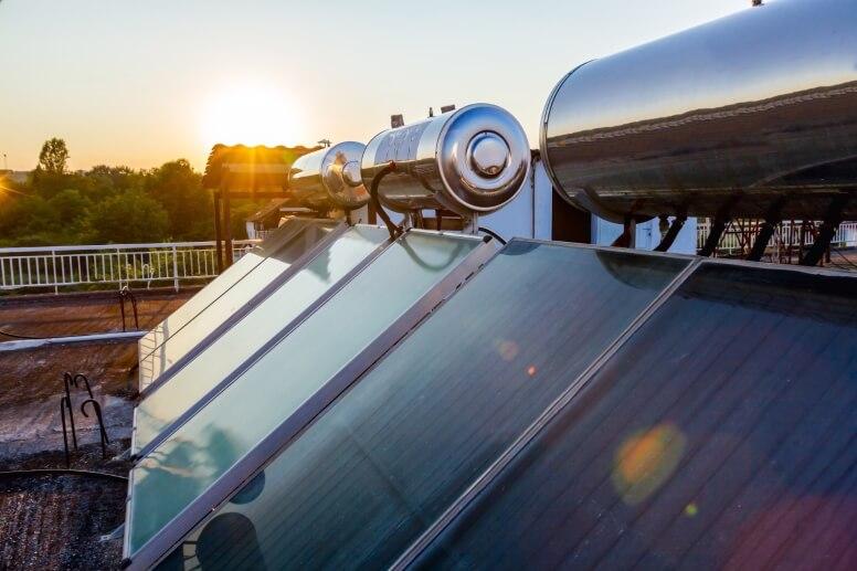 close up zonneboiler op het dak
